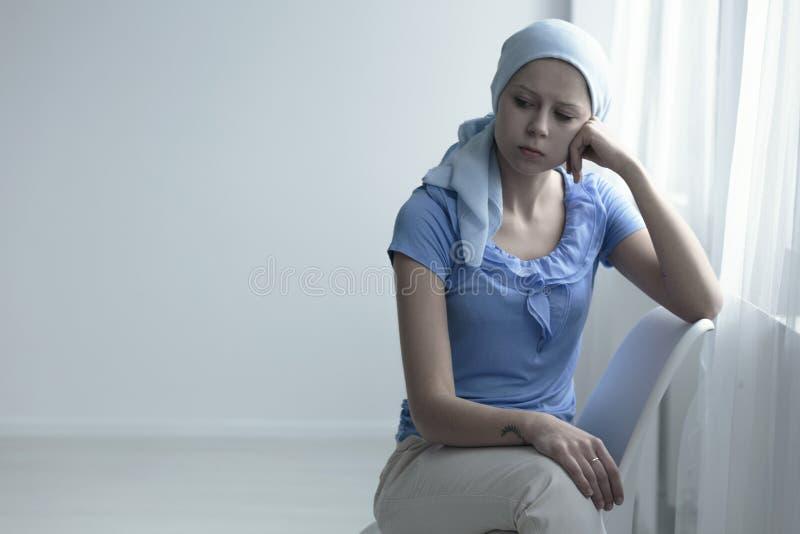 有癌症的哀伤的妇女 免版税库存照片
