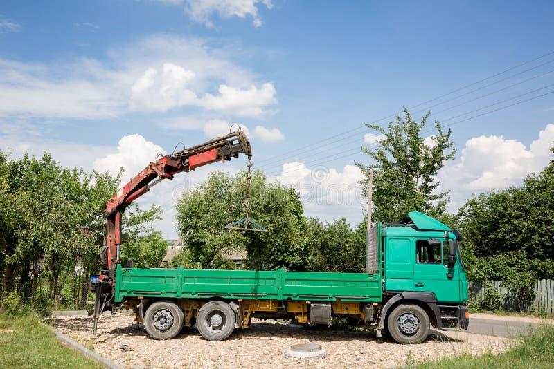 有登上的起重机的卡车 免版税库存照片