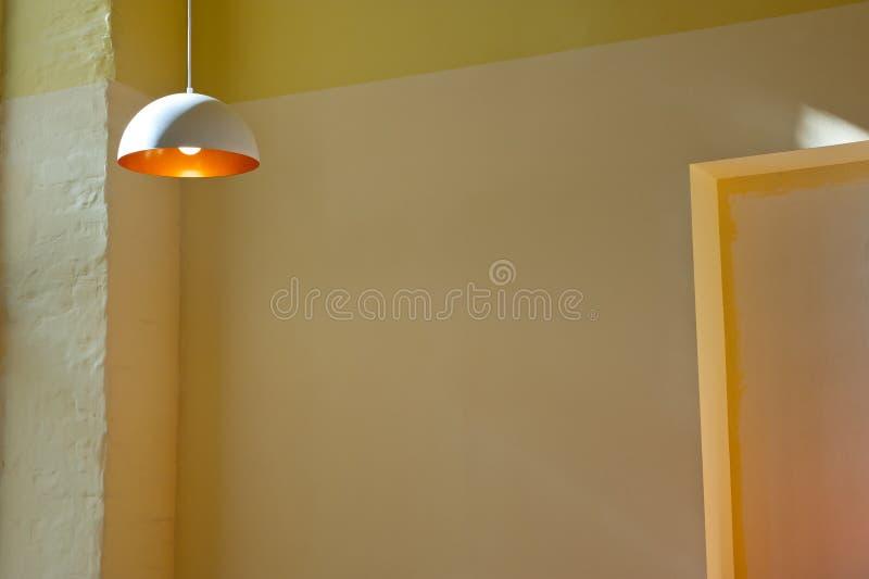 有白炽电灯泡的葡萄酒灯在有温暖的颜色墙壁的屋子内部  库存照片