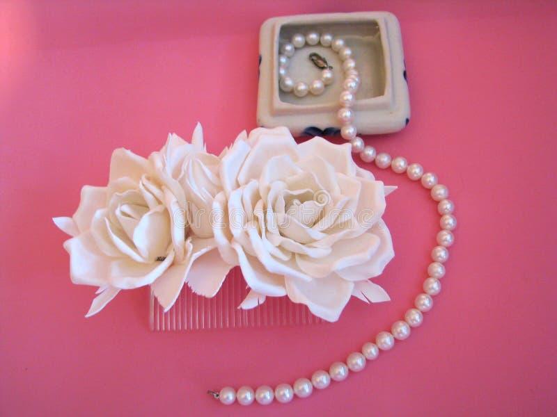 有白玫瑰的头发梳子 免版税库存图片