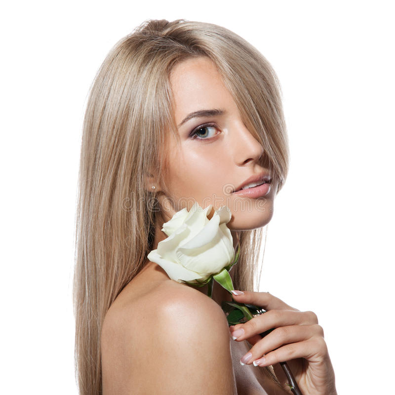 有白玫瑰的美丽的白肤金发的女孩 免版税库存图片