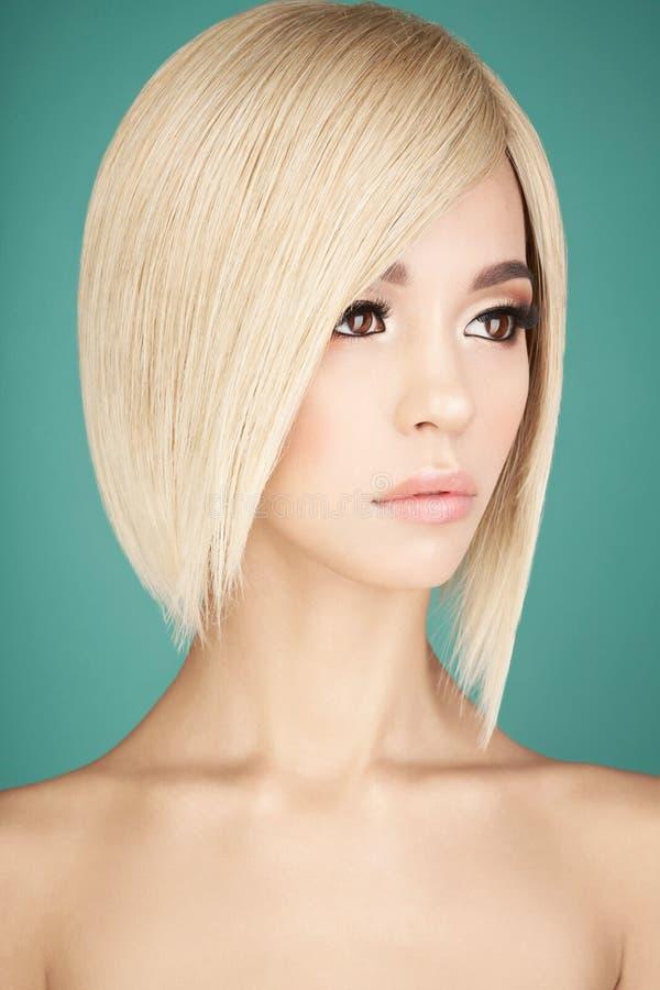 有白肤金发的短发的可爱的亚裔妇女 库存图片
