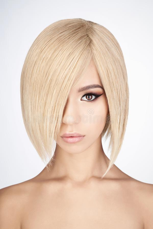 有白肤金发的短发的可爱的亚裔妇女 免版税库存图片