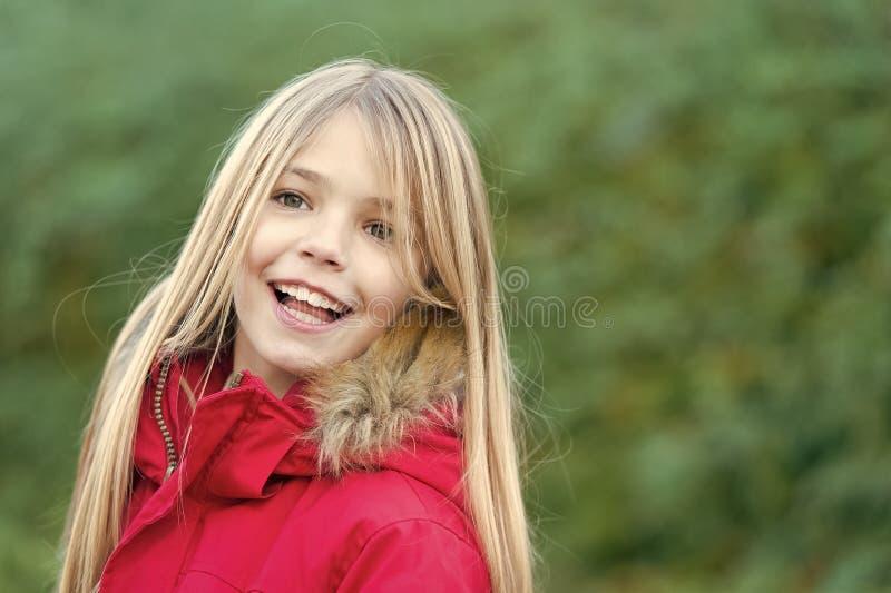 有白肤金发的长的头发微笑的女孩在自然环境 库存图片