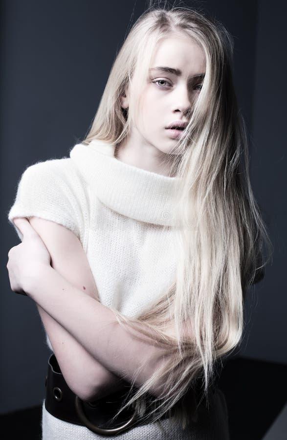 有白肤金发的长的头发的担心,急切,沮丧的少年女孩 免版税库存图片