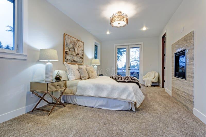 有白色主卧室的新的豪华定制的家 免版税图库摄影