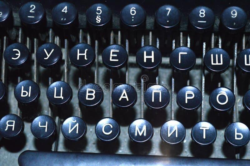 有白色信件的老黑控制台打字机键盘 库存照片