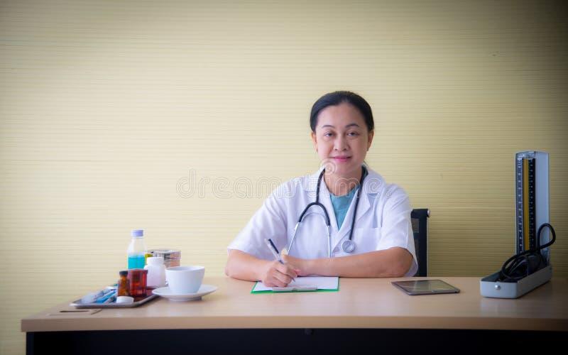 有白色制服和医疗设备的闭合的妇女医生例如听诊器和血压设备检查  库存照片