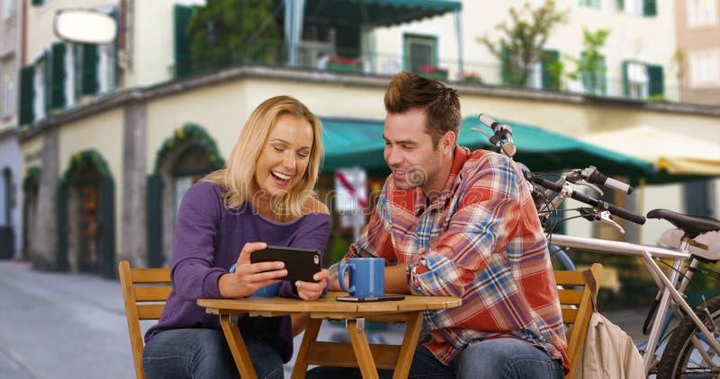 有白色千福年的夫妇笑和在咖啡店之外的好时光 免版税图库摄影