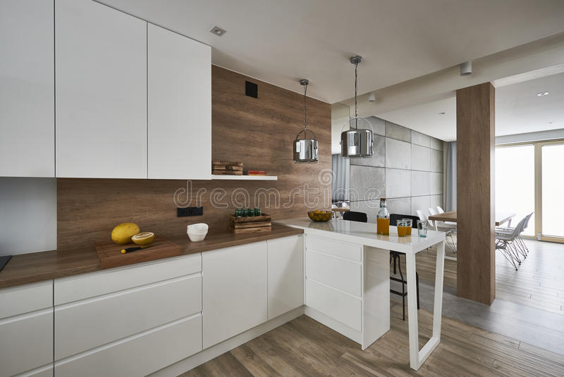 有白色和棕色墙壁的现代厨房 库存照片