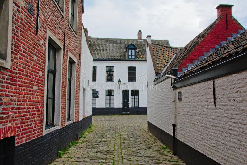 有白色和红色的街道绘了圣洁角落或老圣伊丽莎白beguinage,跟特的砖房子 库存照片