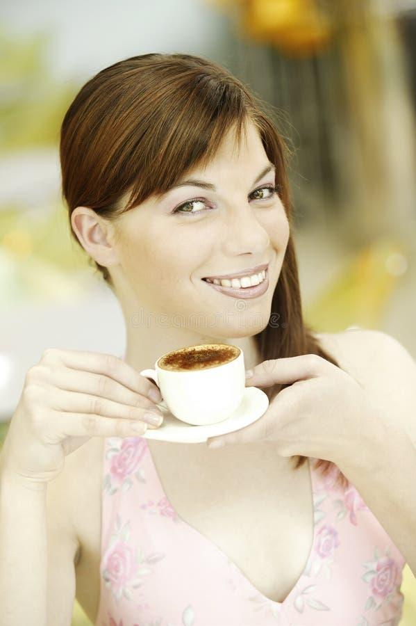 有白色咖啡的年轻美丽的妇女 免版税库存图片