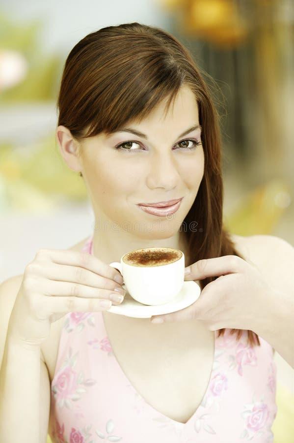 有白色咖啡的年轻美丽的妇女 免版税库存照片