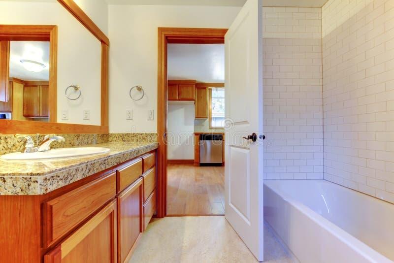 Download 有白色墙壁和大镜子的舒适卫生间 库存图片. 图片 包括有 设计, 机柜, 室内, beautifuler - 72352749