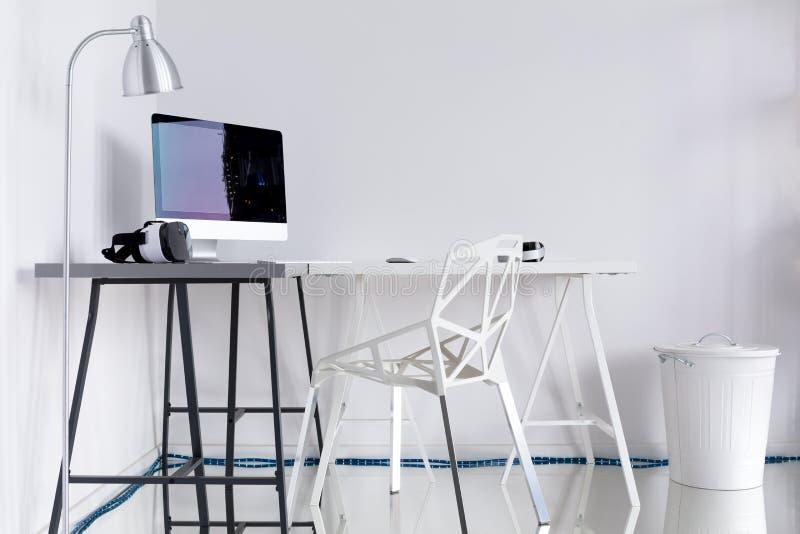 有白色墙壁的当代家庭办公室 免版税库存图片