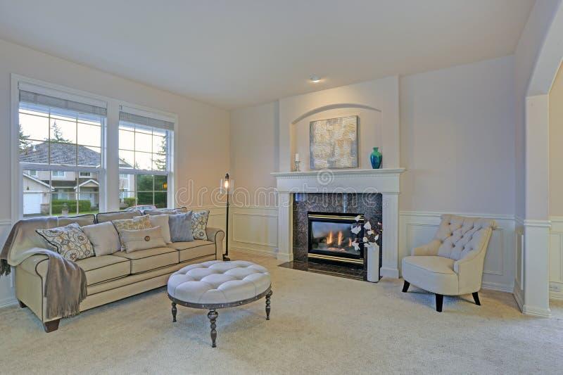 有白色壁炉台和磨光工作的惊人的客厅 库存图片