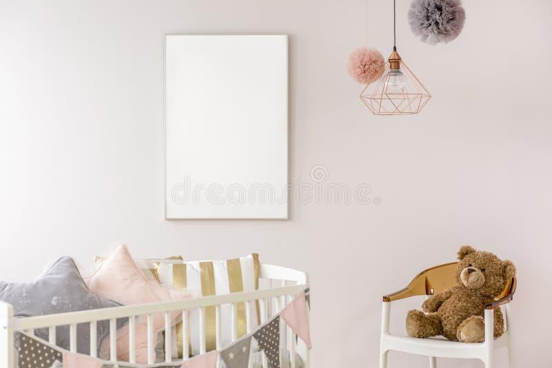 有白色小儿床的新出生的卧室 免版税库存照片