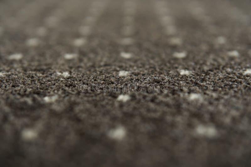 有白色小点纹理的布朗地毯 室内地毯料射击在白天 免版税库存照片