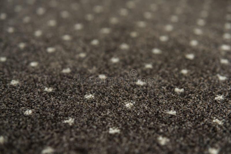 有白色小点纹理的布朗地毯 室内地毯料射击在白天 库存照片