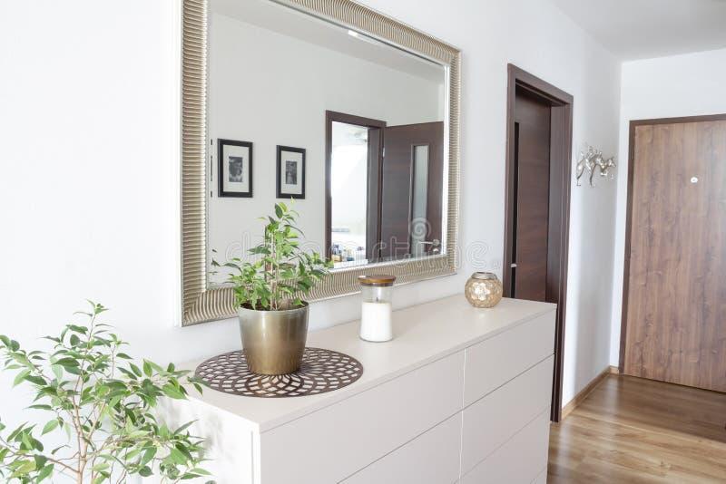 有白色当代抽屉和镜子的大厅入口 免版税图库摄影