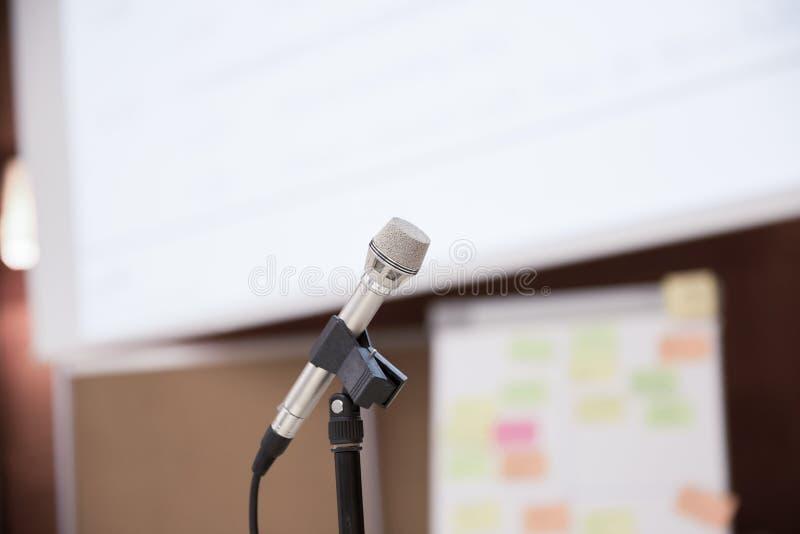 有白色投影屏的政府发言人话筒 免版税库存照片