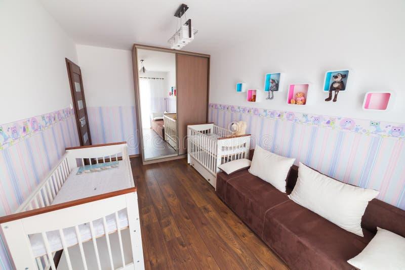 有白色摇篮的明亮的婴孩室 免版税图库摄影