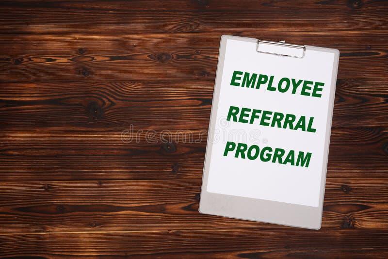 有白色板料的剪贴板在木背景 雇员推举节目 免版税库存图片