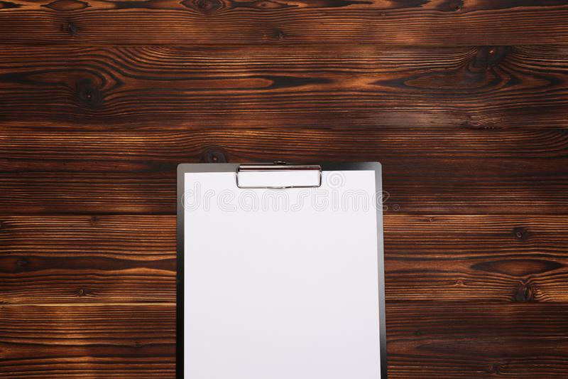 有白色板料的剪贴板在木背景 r 免版税图库摄影