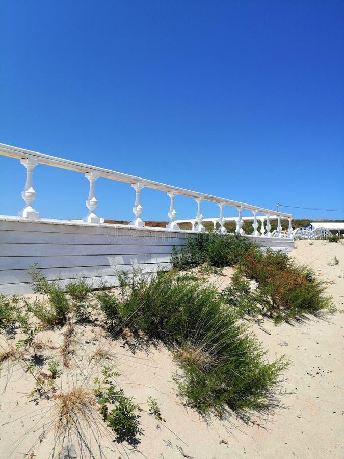 有白色栏杆的指挥台反对天空 库存照片