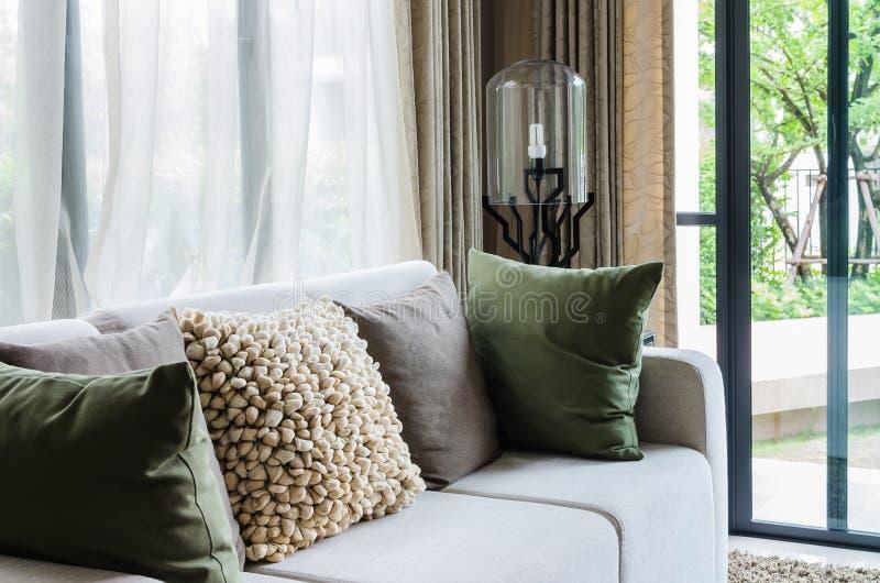 有白色沙发和现代灯的客厅 免版税库存图片