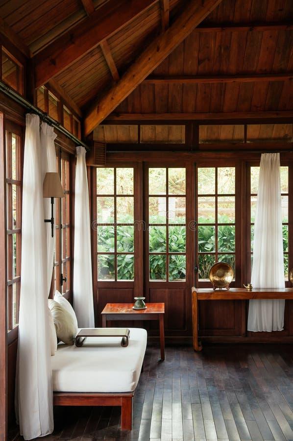 有白色沙发长沙发和白色帷幕的葡萄酒殖民地客厅 库存图片