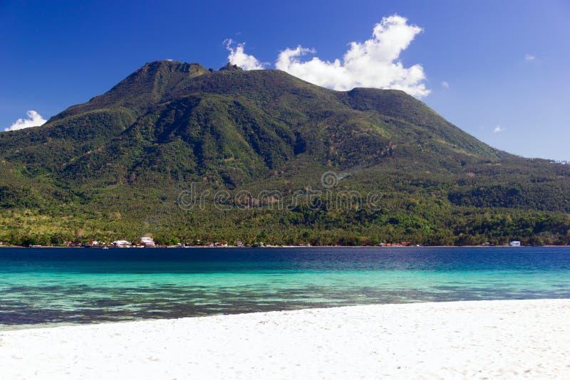 有白色沙子和火山的海岛在背景中 库存图片