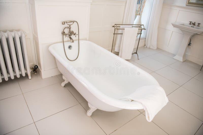 有白色浴缸的古板的样式卫生间 库存图片