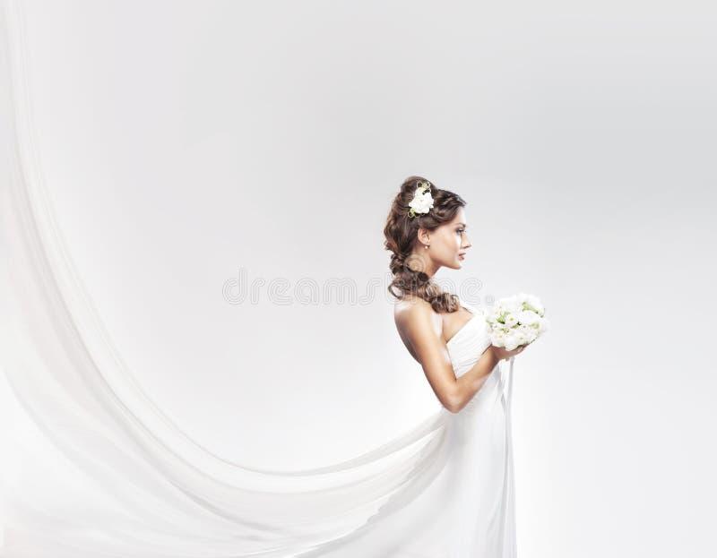 有白色玫瑰花束的年轻可爱的新娘  库存照片