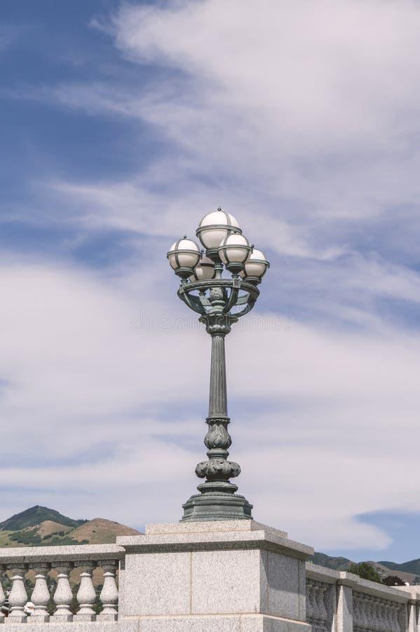 有白色球形的古老街灯 库存图片