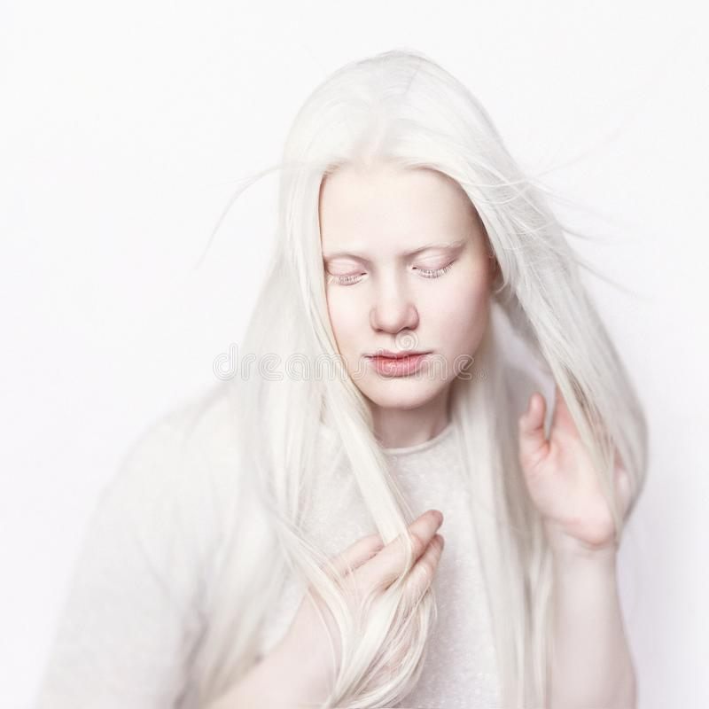 有白色皮肤和白色长的头发的白变种女性 在轻的背景的照片面孔 头的画象 白肤金发的女孩 免版税库存图片