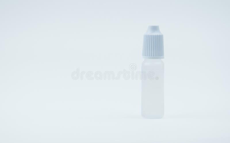 有白色盖帽的眼药水瓶在与空白的标签和拷贝空间的白色背景, 免版税库存照片