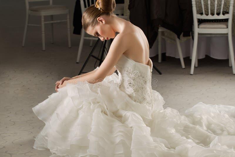 有白色礼服的华美的新娘有花花束的 图库摄影
