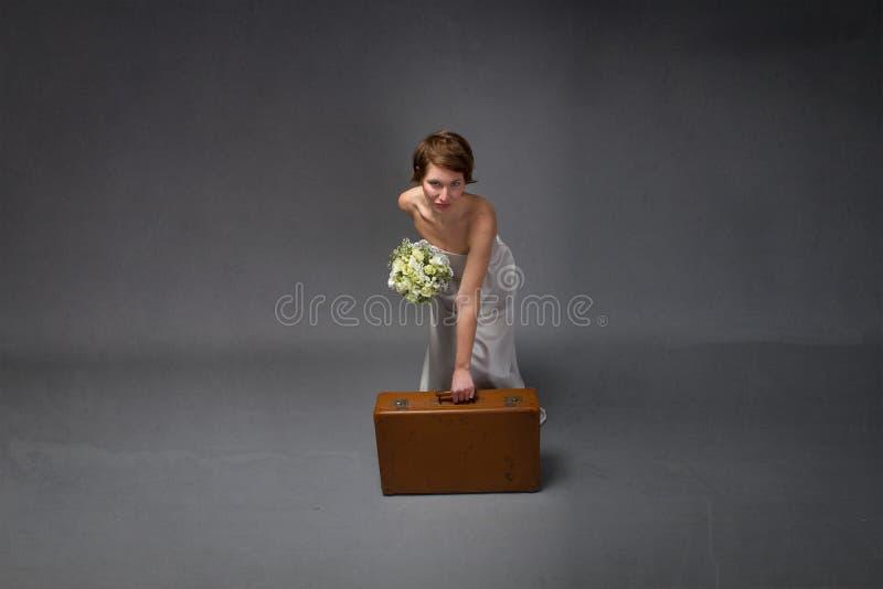 有白色礼服的妇女准备好在浪漫假日 图库摄影