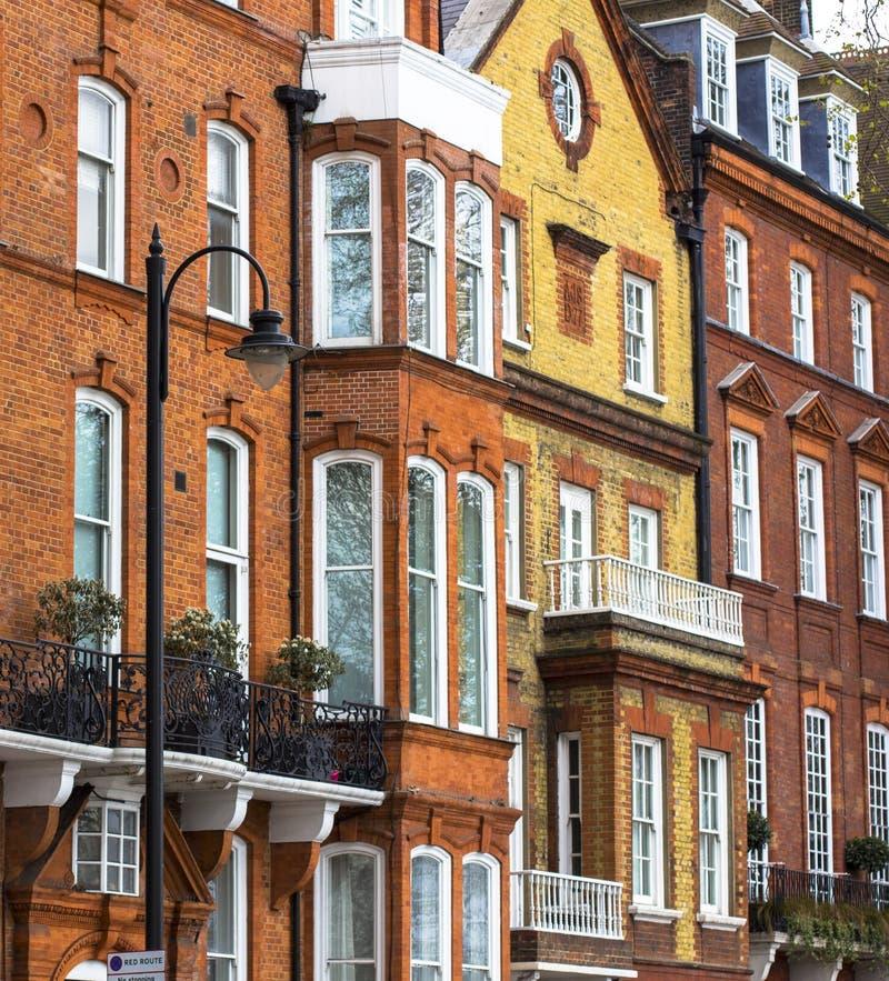 有白色窗口的豪华砖房子在安静的区域在伦敦中部 在泰晤士的银行的公寓 免版税库存图片
