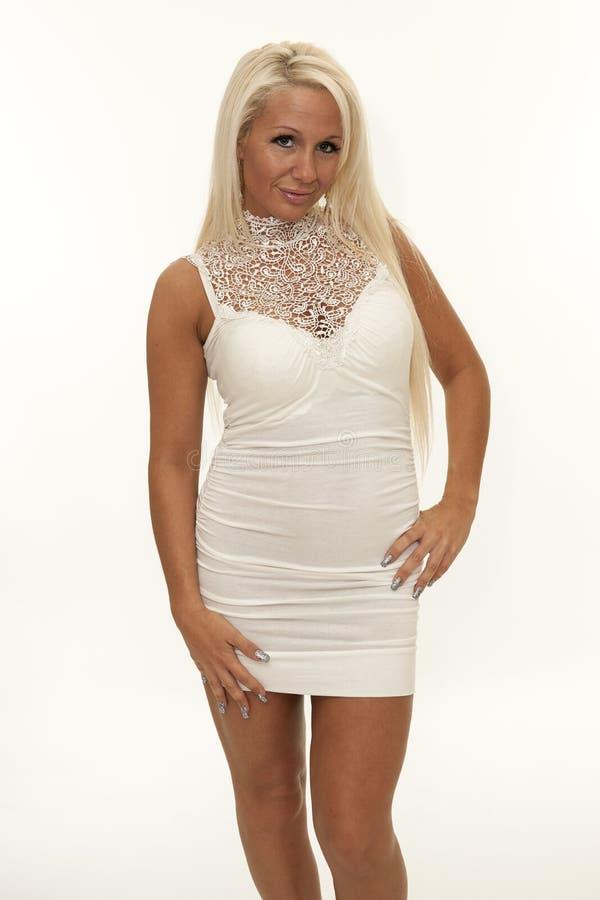 有白色紧的礼服的可爱的成熟妇女 库存图片