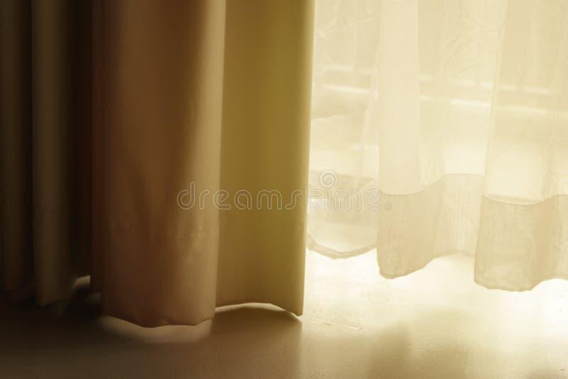 有白色纯粹帷幕的帷幕 在窗口的布 免版税库存照片