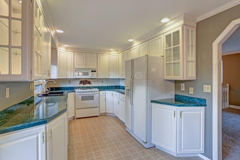 有白色细木家具的新近地被更新的厨房室 库存照片
