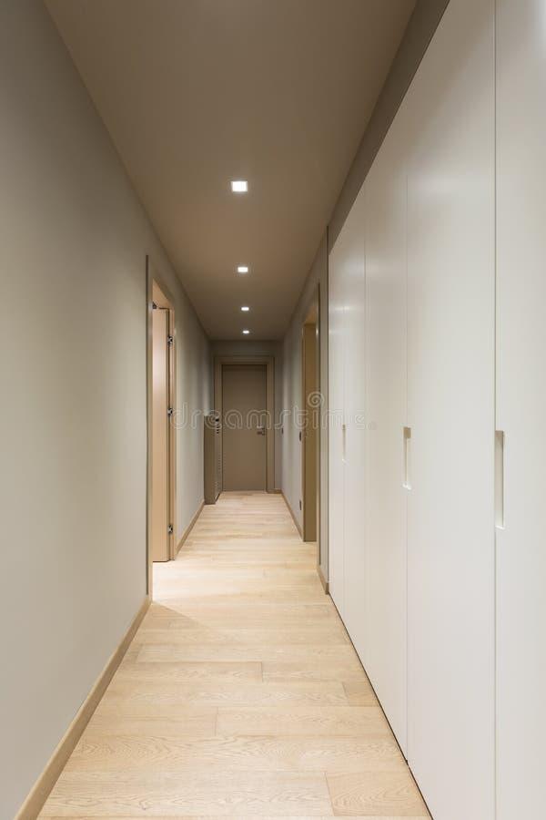 有白色衣橱的走廊 公寓内部现代 免版税库存图片
