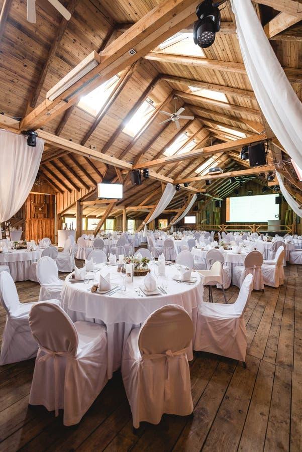 有白色装饰的宴会大厅 免版税图库摄影