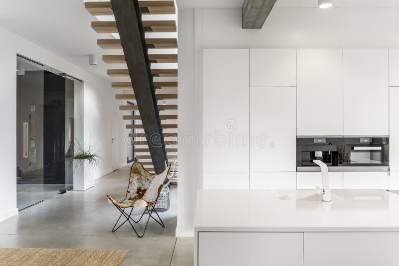 有白色轻拍的厨房 库存图片