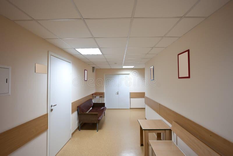 有白色门的通常走廊 免版税库存照片