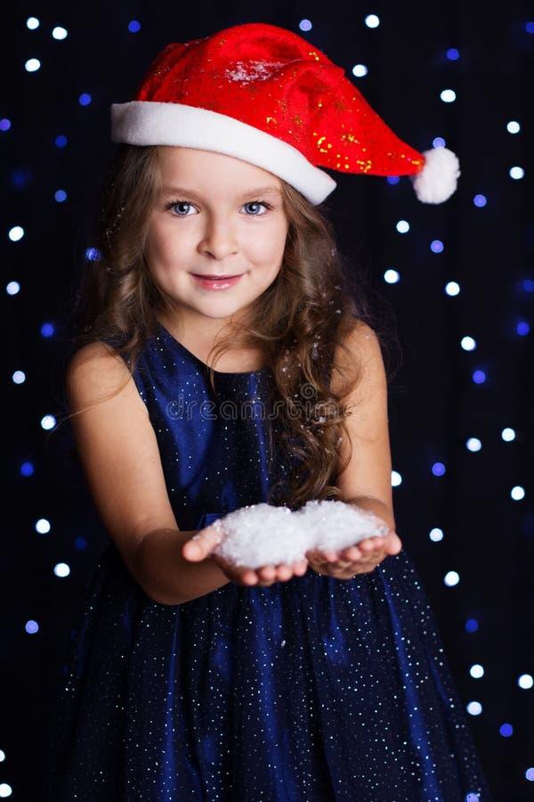 Download 有白色雪花的愉快的女孩在手上 库存照片. 图片 包括有 装饰, 逗人喜爱, 和平, 纵向, 女儿, 少许 - 62536808