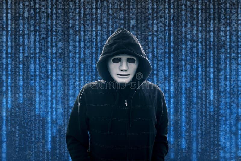 有白色面具的戴头巾计算机黑客 图库摄影