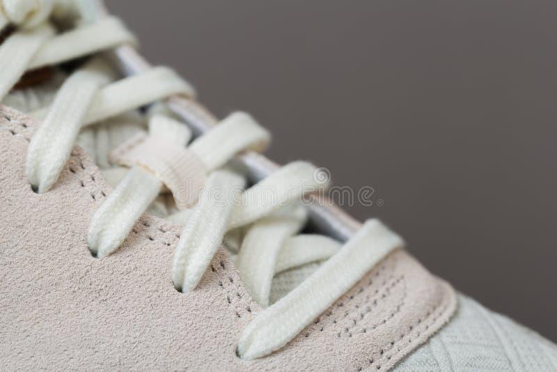 有白色鞋带的运动鞋 免版税库存照片